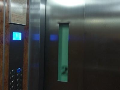 kabina 975 kg widok na drzwi kabinowe jeden panel z wziernikiem